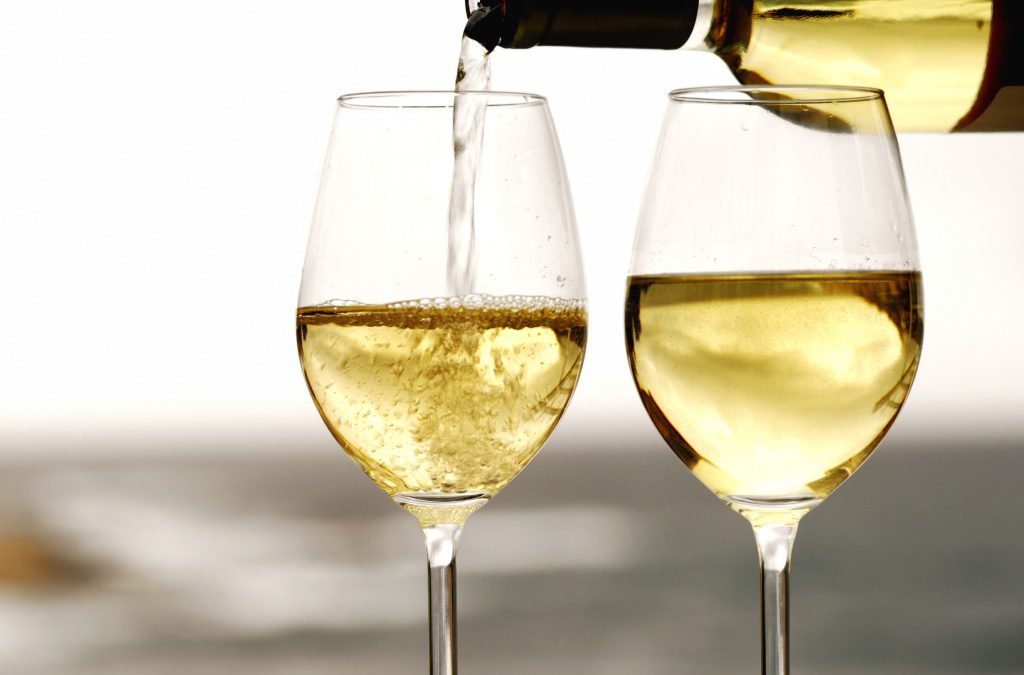 Los 3 vinos blancos que te harán destacar